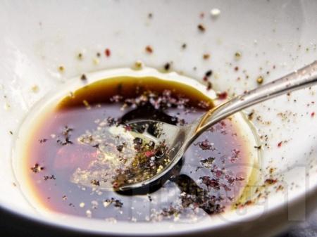 Марината за вратни пържоли с олио, соев сос, чили и пипер - снимка на рецептата